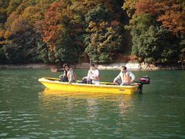 写真3. 相模湖にて水質を調査中。