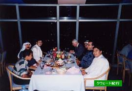 レストランでの食事。食べたいものを自分でとってくるので、テーブルにはさまざまな料理が並び、思い思いの食事をする